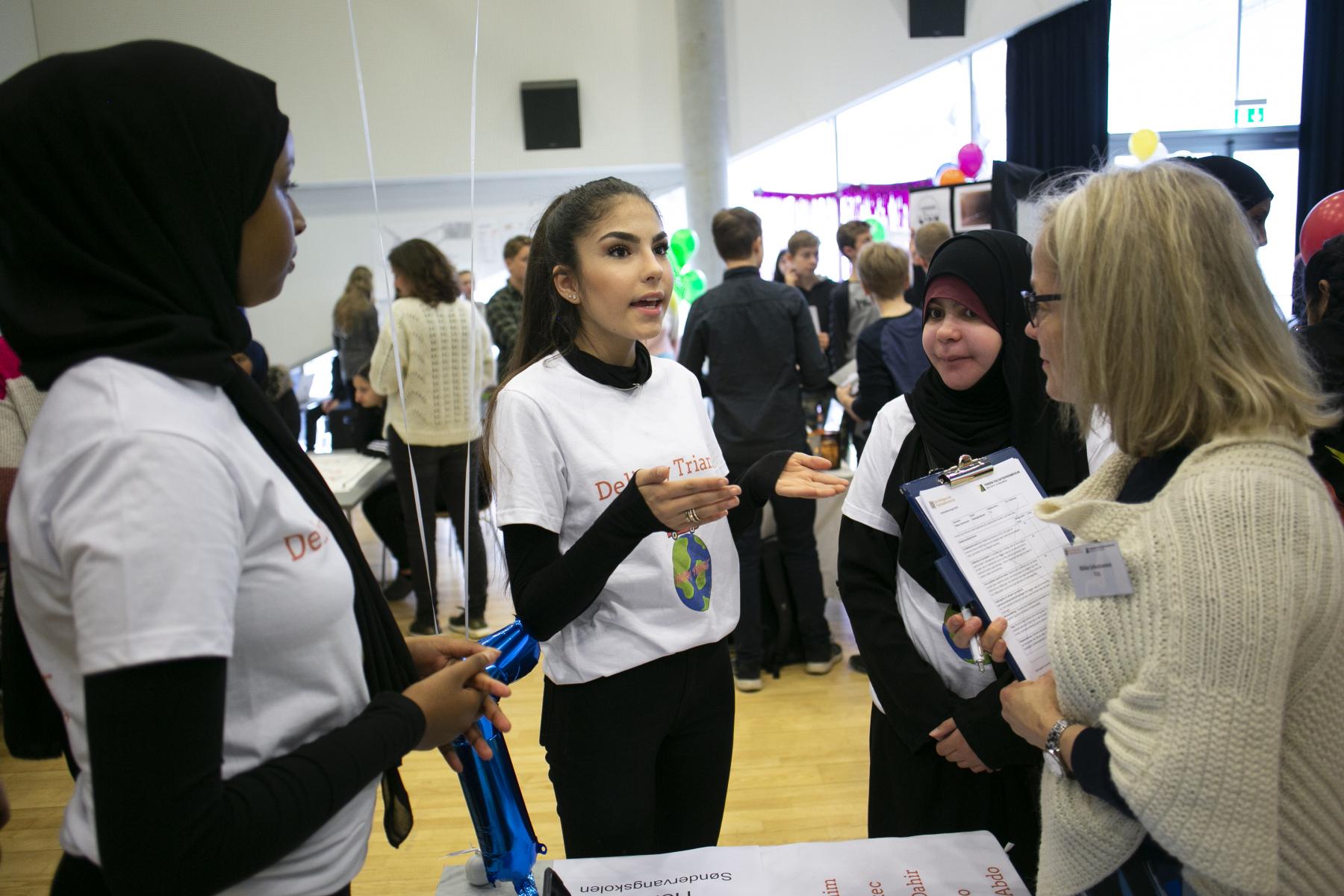 Elever fra skoler i Aarhus pincher deres idéer for dommerne.Den 11. april 2019 afholdes den første konkurrence i projektet Iværksætterunge. Iværksætterunge har til formål at give elever i 7.-9. klasse iværksætterkompetencer og -erfaringer og at give dem et sted, hvor de kan omsætte teori til praksis. På den måde er eleverne med til at skabe en iværksætterkultur i udsatte boligområder i Aarhus.