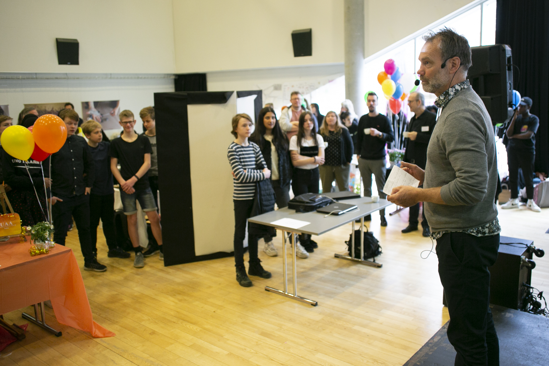 Anders Rasmussen, Chef for Grundskole & Ungdomsuddannelser ved Fonden for Entreprenørskab byder velkommen.Den 11. april 2019 afholdes den første konkurrence i projektet Iværksætterunge. Iværksætterunge har til formål at give elever i 7.-9. klasse iværksætterkompetencer og -erfaringer og at give dem et sted, hvor de kan omsætte teori til praksis. På den måde er eleverne med til at skabe en iværksætterkultur i udsatte boligområder i Aarhus.